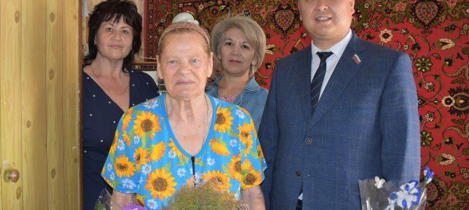 Администрация учреждения поздравила  с 90 летним юбилеем бывшую сотрудницу учреждения